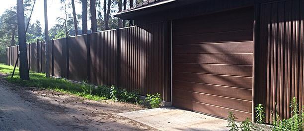 Какой приобрести забор для загородного участка: критерии подбора