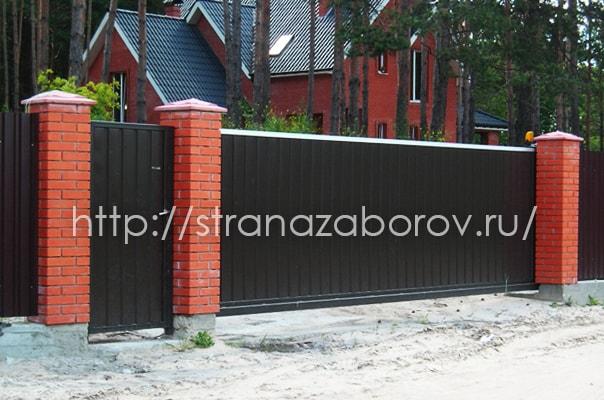 Забор вокруг загороднего коттеджа